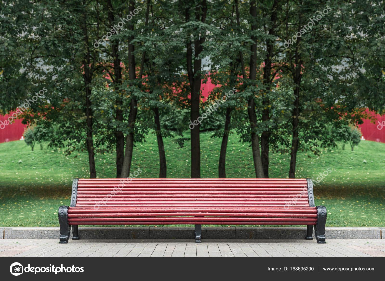 Long Banc De Jardin Avec Fond Darbre Vert Photographie Skasiansin