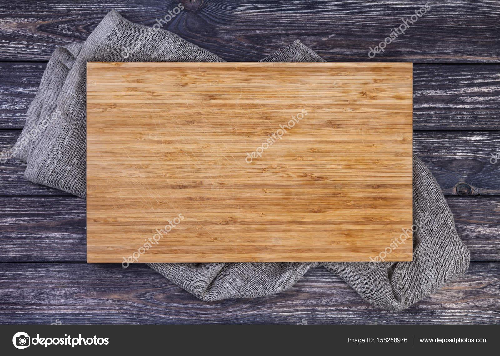 Lade serveren over oude houten tafel bord snijden op donkere