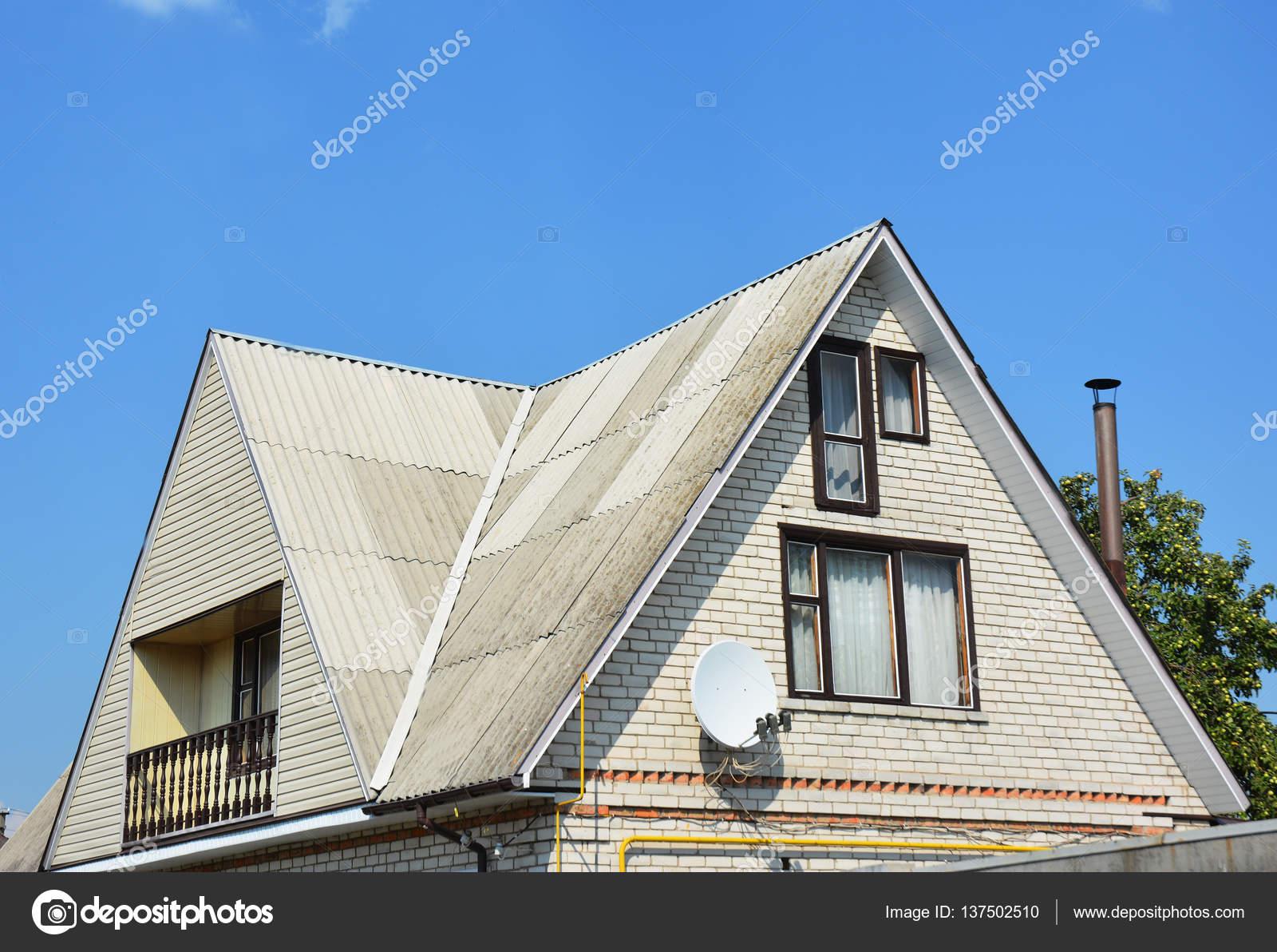 屋根工事の切妻と谷型。建物屋根裏部屋白いれんが造りの家