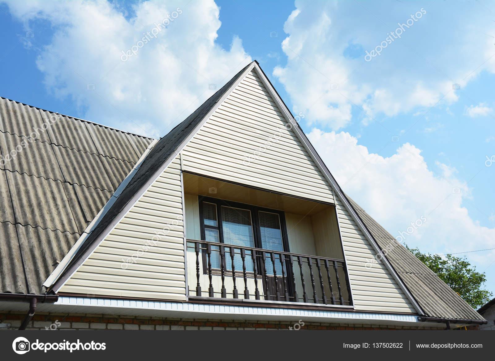 Pignon Et La Vallée Du Type De Construction Du Toit Avec Balcon Agréable.  Construction De Bâtiments Grenier Maison Avec Différents Types De Toiture U2014  Image ...