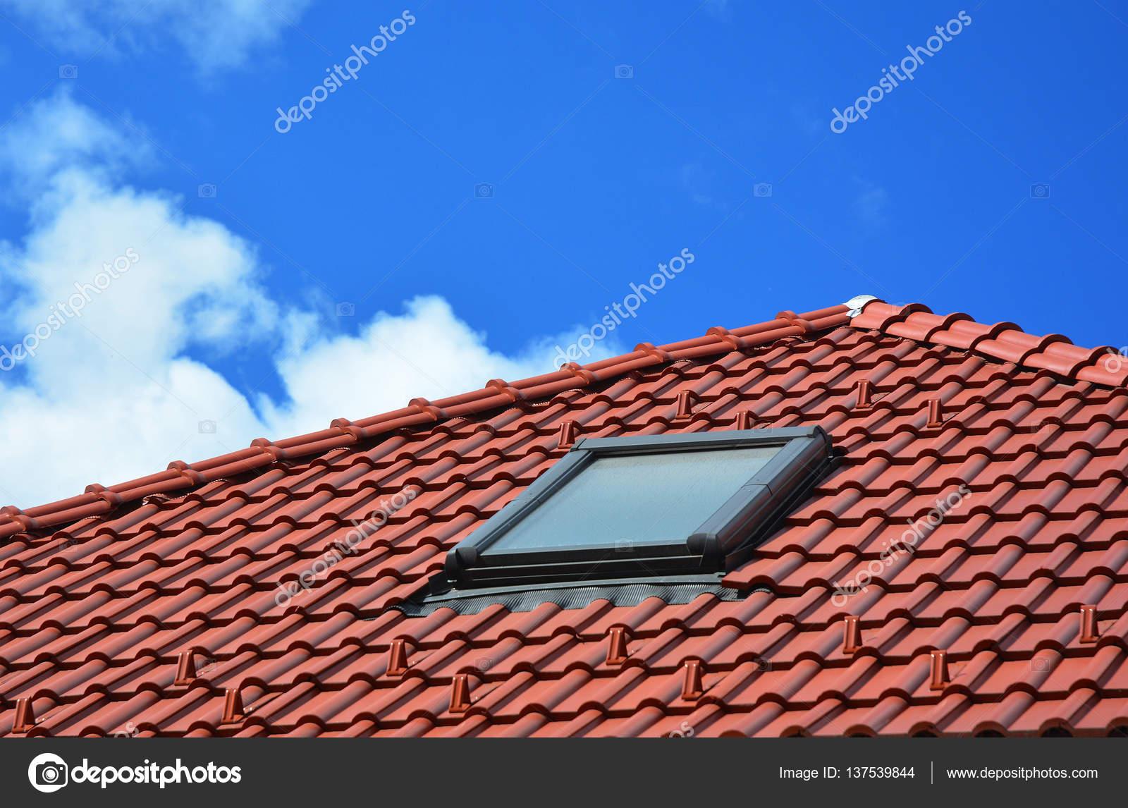 Lucernario su ceramica rosso mattonelle di tetto della casa