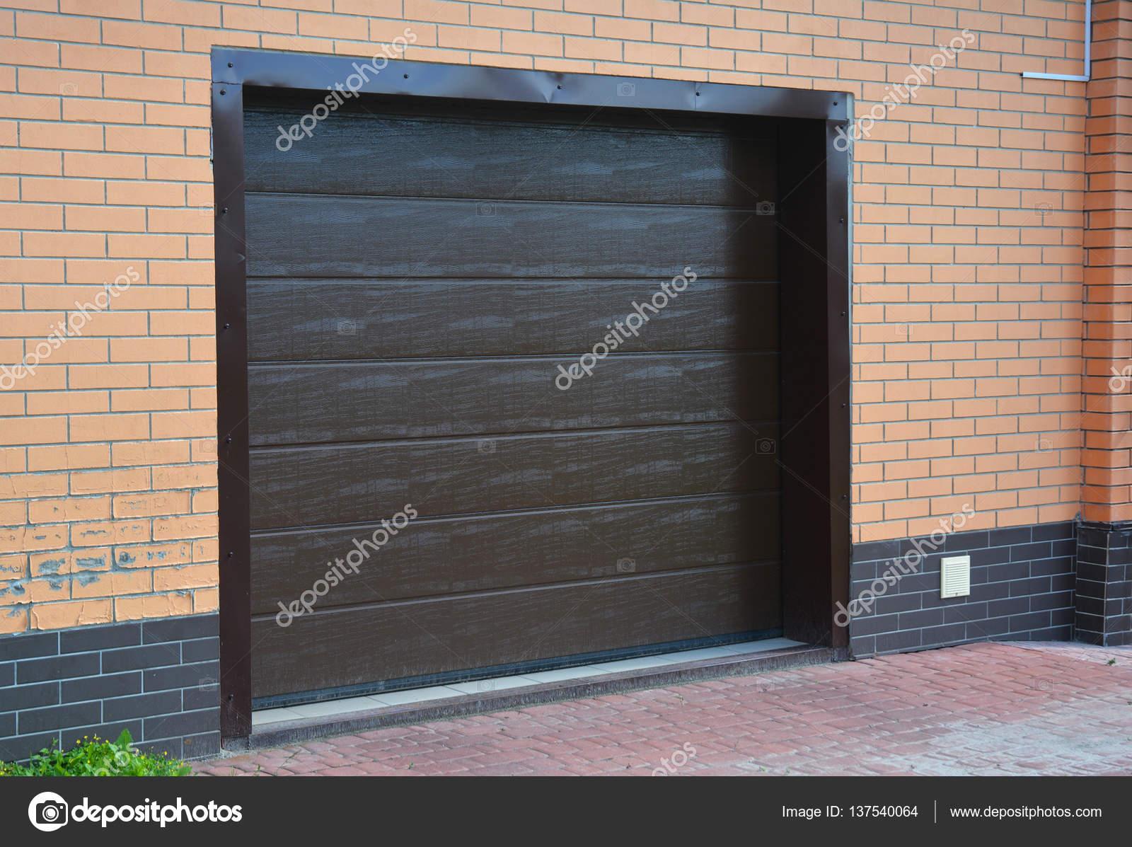 Top Huis garagedeur met kunststof garage ventilatie buiten — Stockfoto IB76