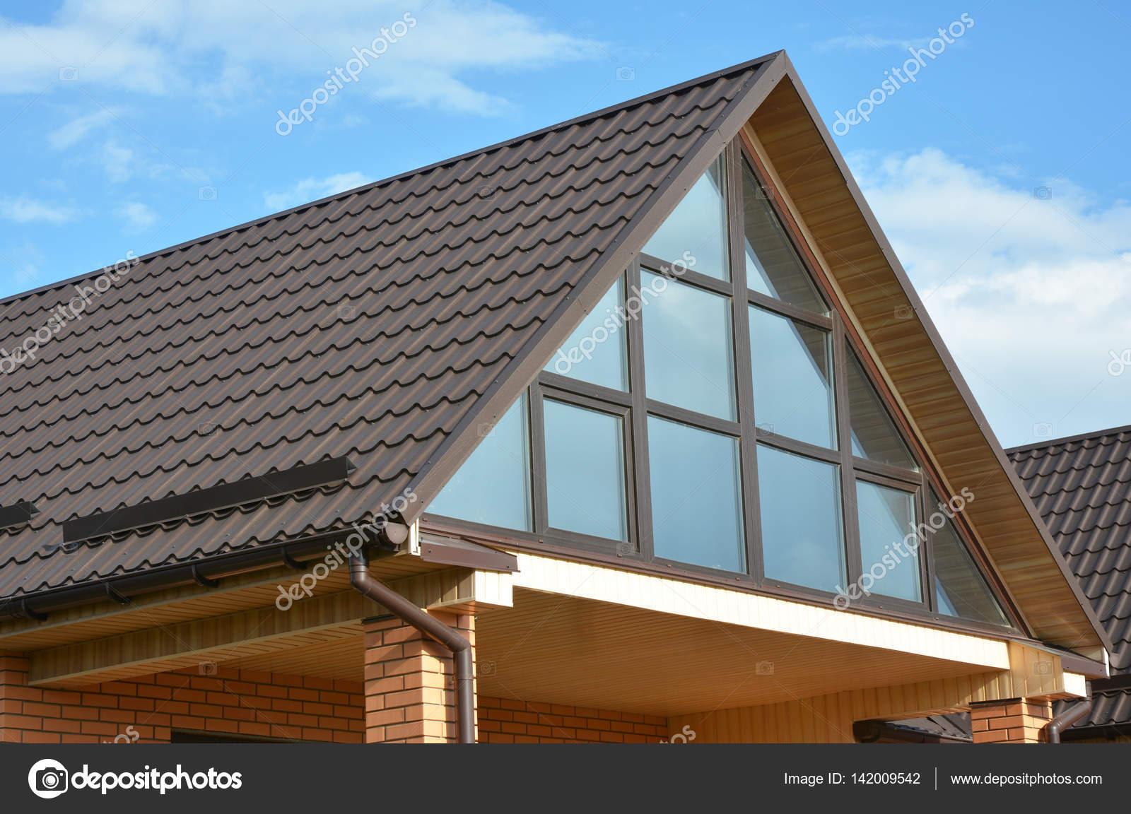 Maison moderne avec toiture en métal, lucarne, fenêtre panoramique ...