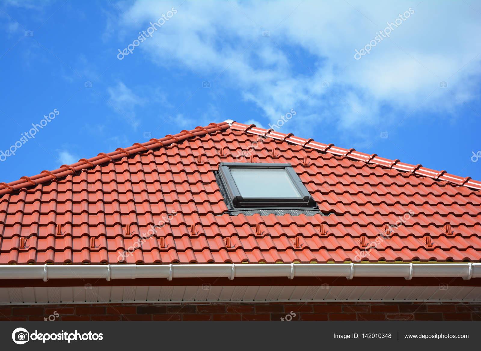 Lucernario su piastrelle di ceramica rossi tetto con grondaia di