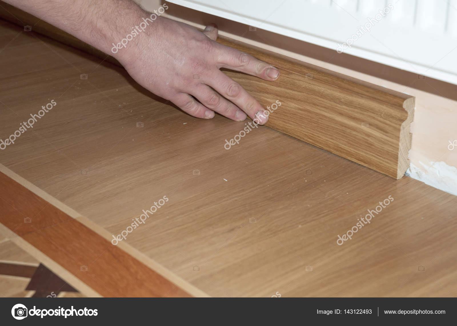 Plint & architraaf. reparateur van handen installeren plint eiken