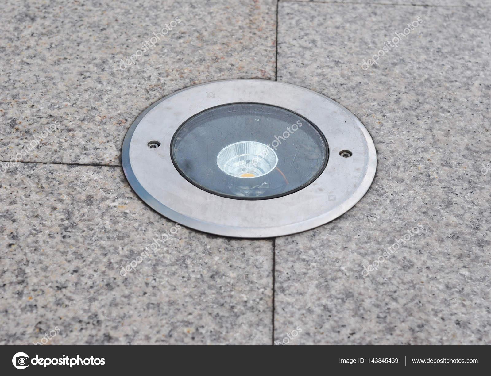 Buitenverlichting. LED licht op de grond. Tuin Led verlichting ...