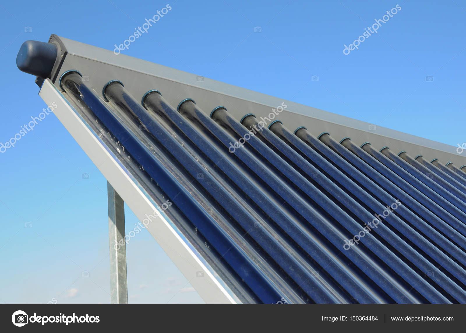 Toit De La Maison Moderne Avec Chauffe Eau Solaire, Panneaux Solaires.  Système De Chauffage De Panneau Solaire De Lu0027eau. Energie Concept U2014 Image  De ...