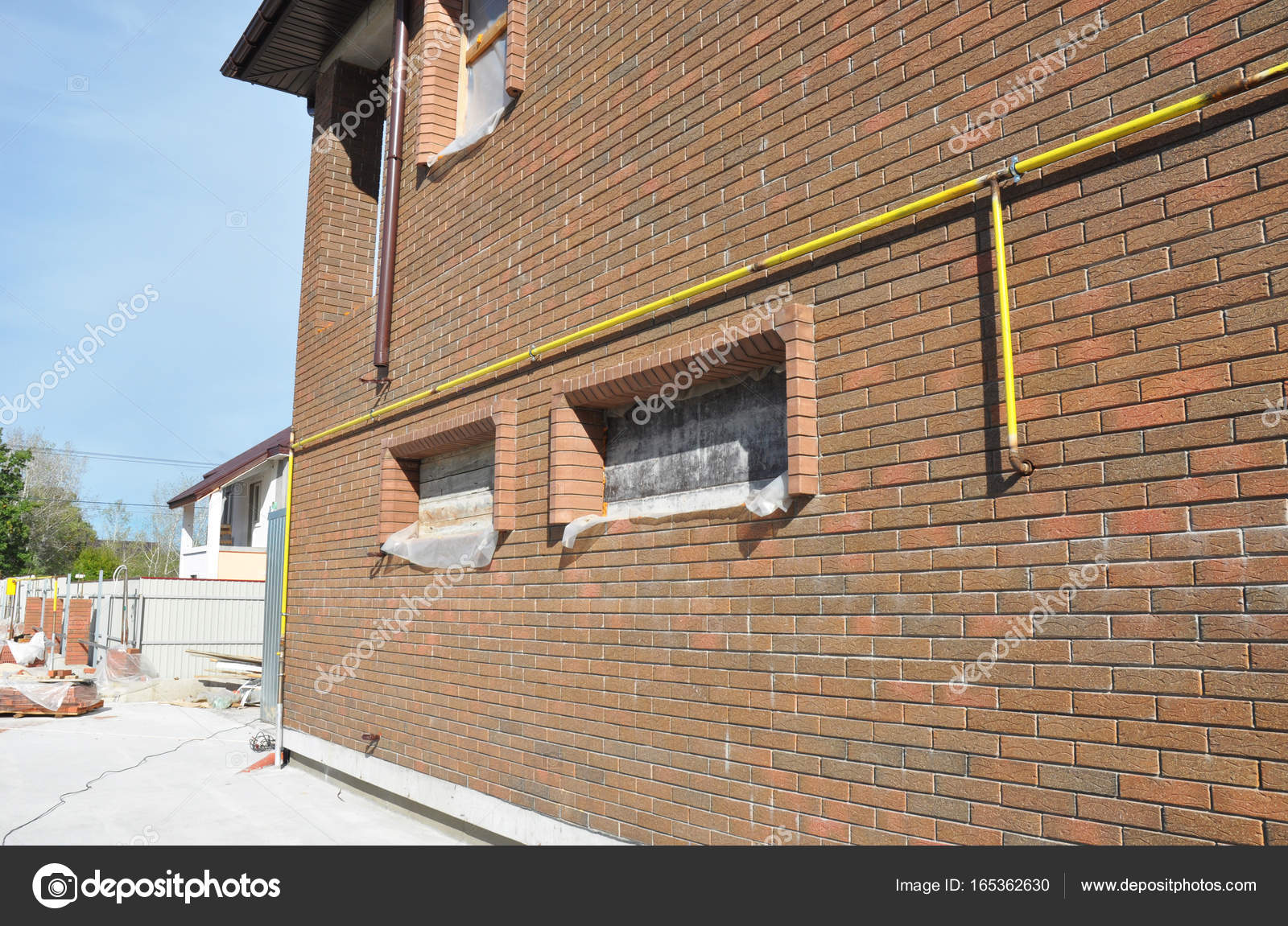 Collegamento gas tubo linea sistema installato in casa muro esterno foto stock thefutureis - Tubo gas esterno ...