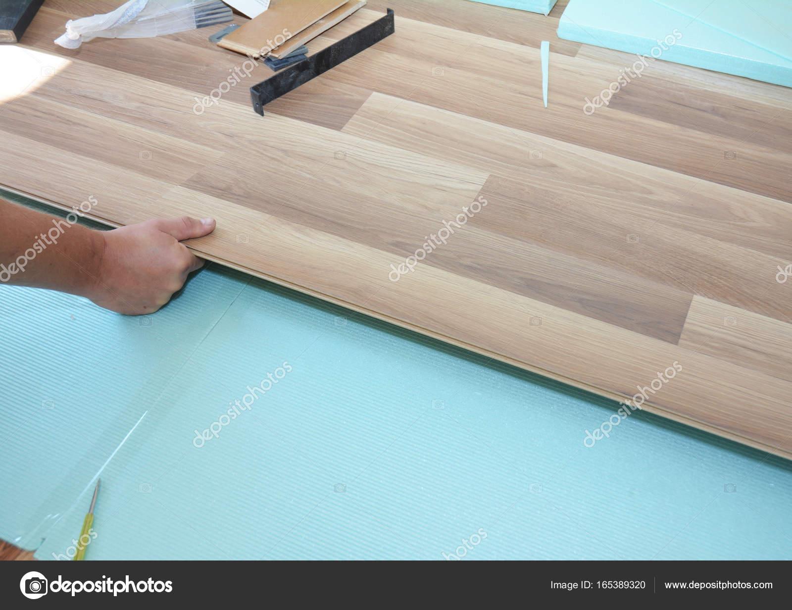 Isolatie Vloer Laminaat : Aannemer installeren houten laminaat vloeren met isolatie en
