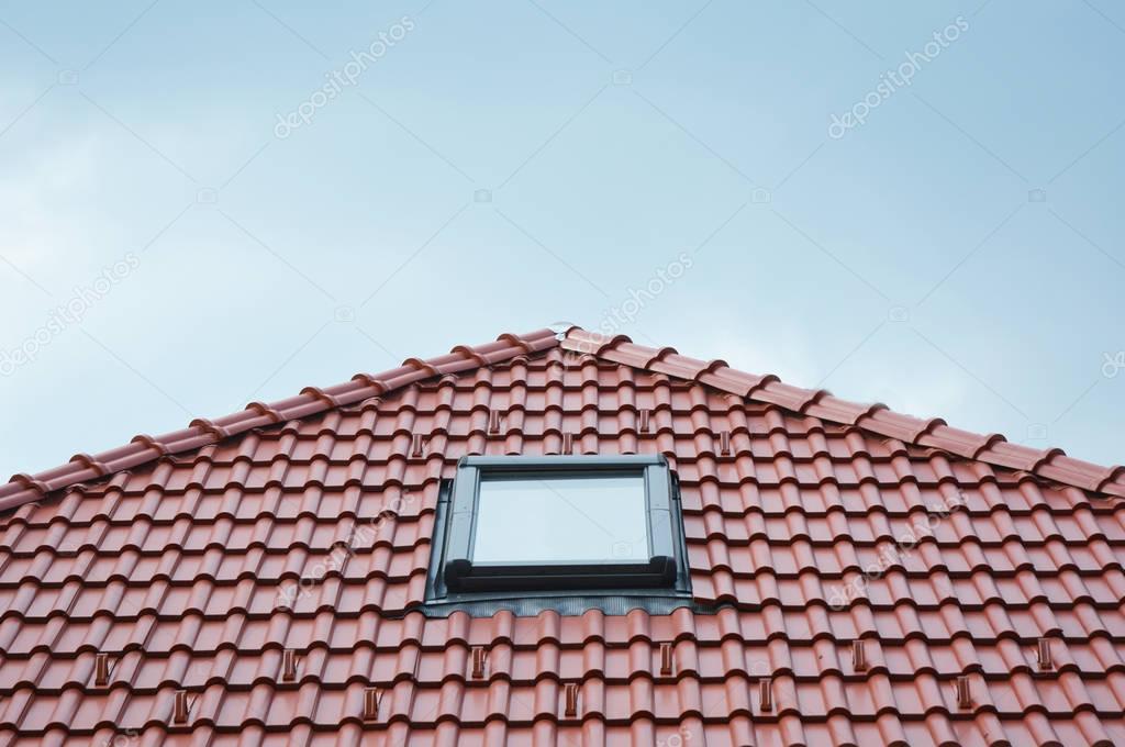 Fenêtre De Lucarne De Toit Moderne Sur Le Toit De Tuiles Terre Cuite  Céramique Maison Rouge U2014 Photographie Thefutureis © #165388194
