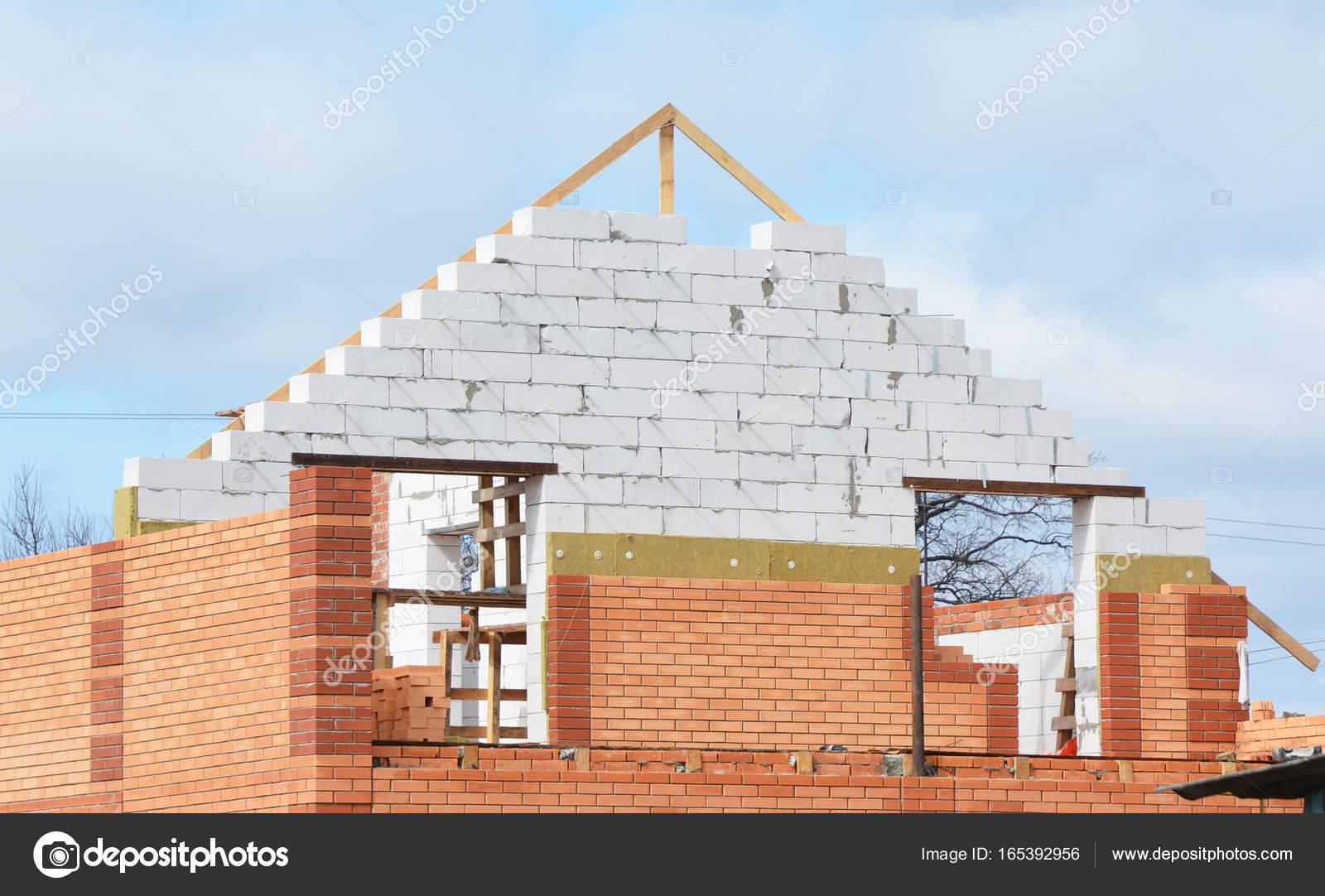 Hausbau mit Isolierung für Energieeinsparung. Isolierung Haus ...