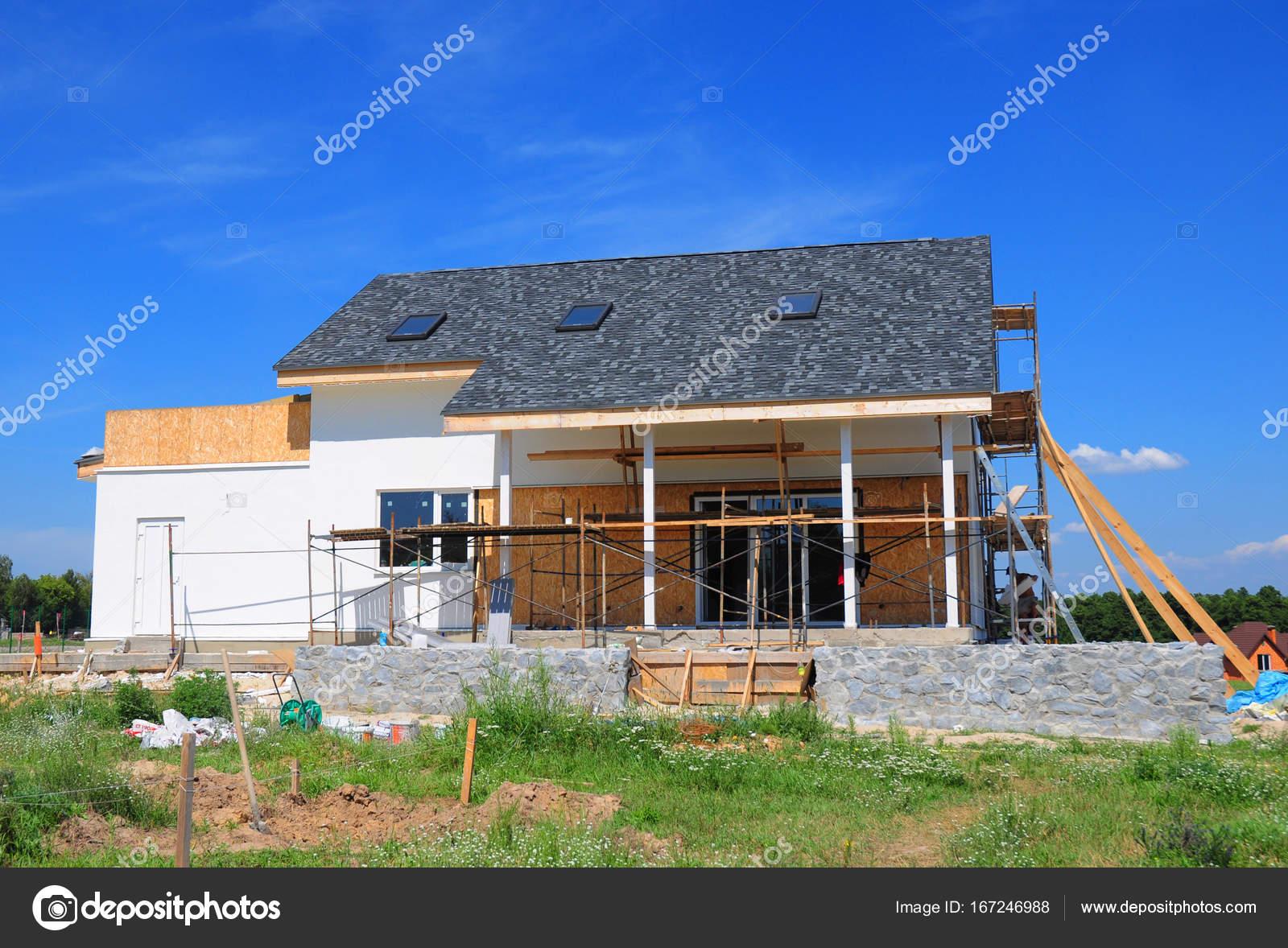 Rinnovare e riparare il muro di facciata di casa residenziale con ...
