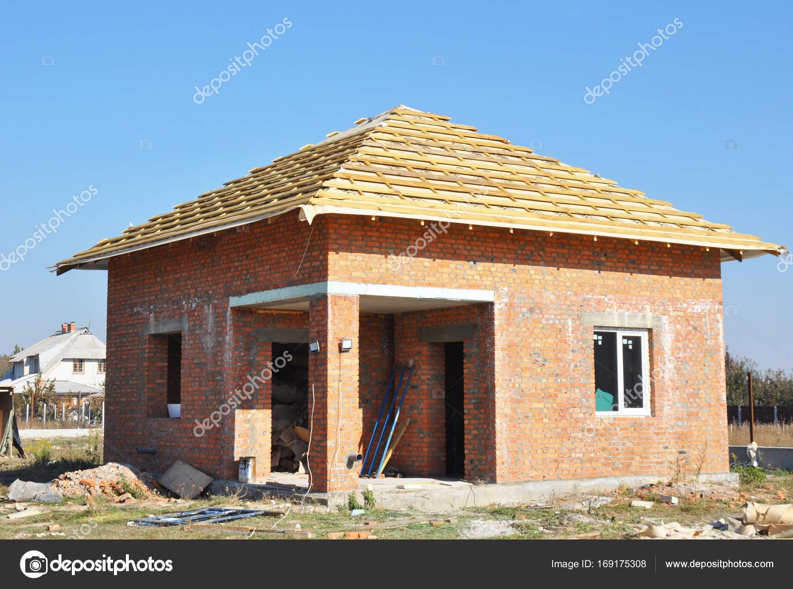 Techos construcci n exterior con fachada de ladrillo rojo for Construccion de piscinas con ladrillos