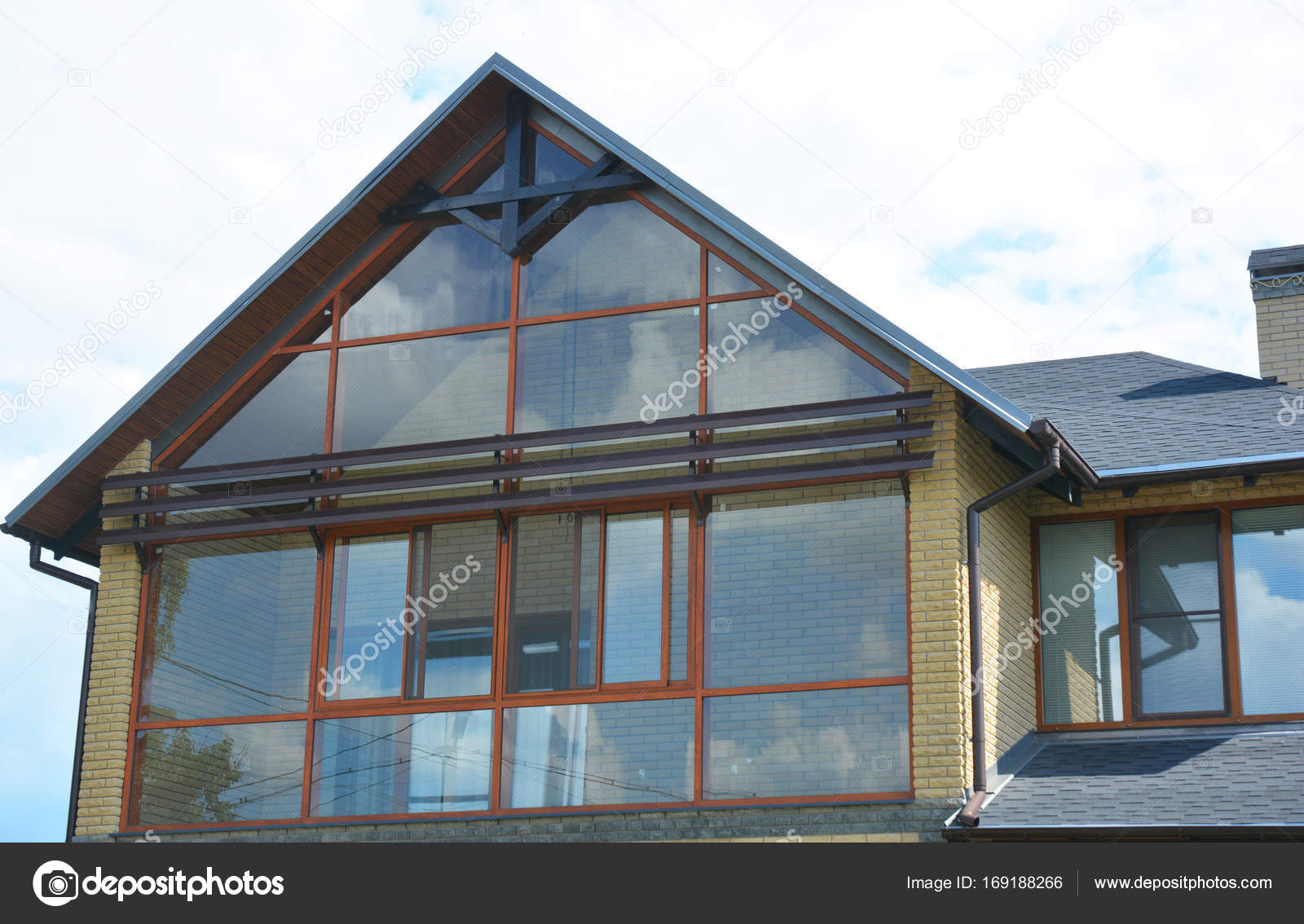 Mur de fenêtre lucarne attique. Maison moderne avec baie vitrée ...