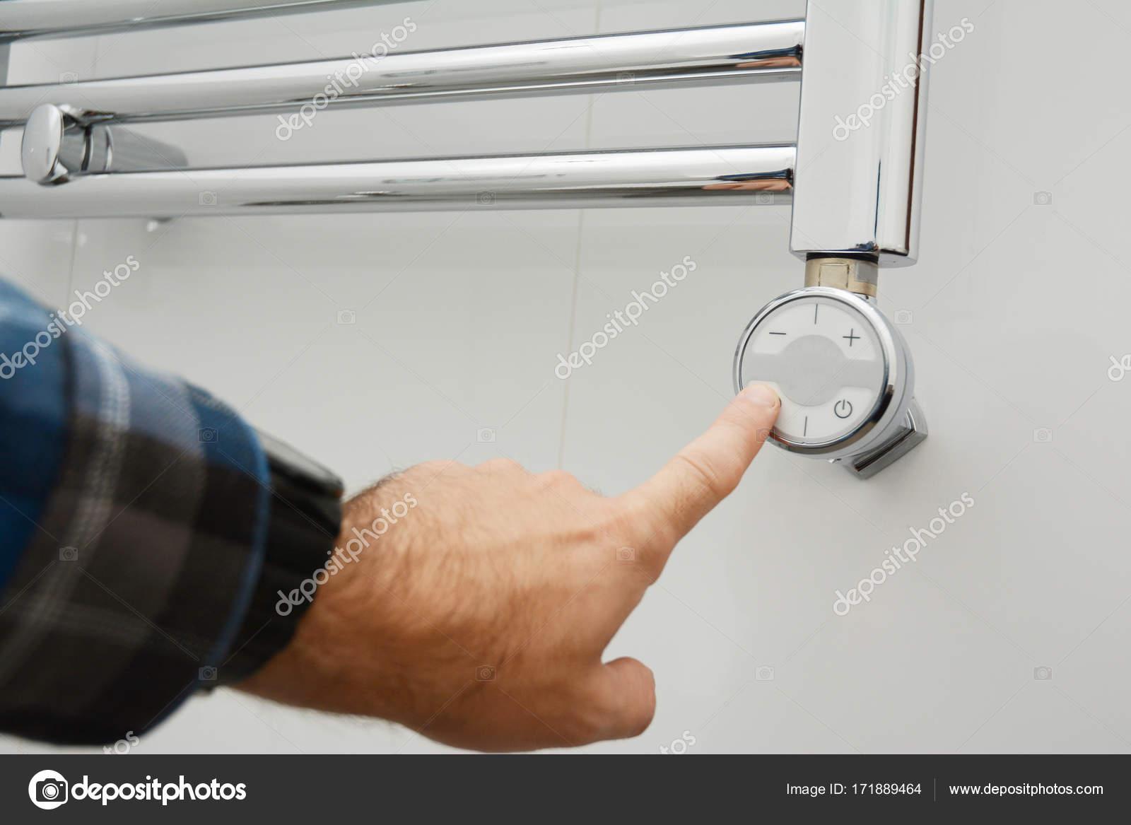 Elektrische Badkamer Verwarming : Man zet elektrische spoor handdoekradiator handdoekradiator