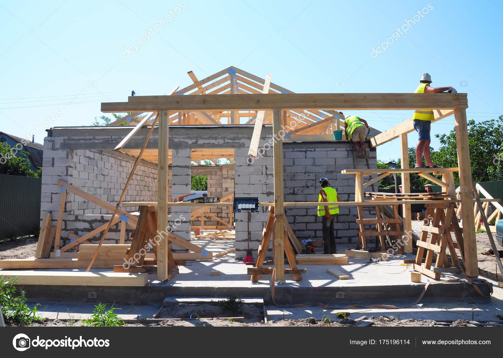 Techadores construir techo de cerchas de madera marco de ...