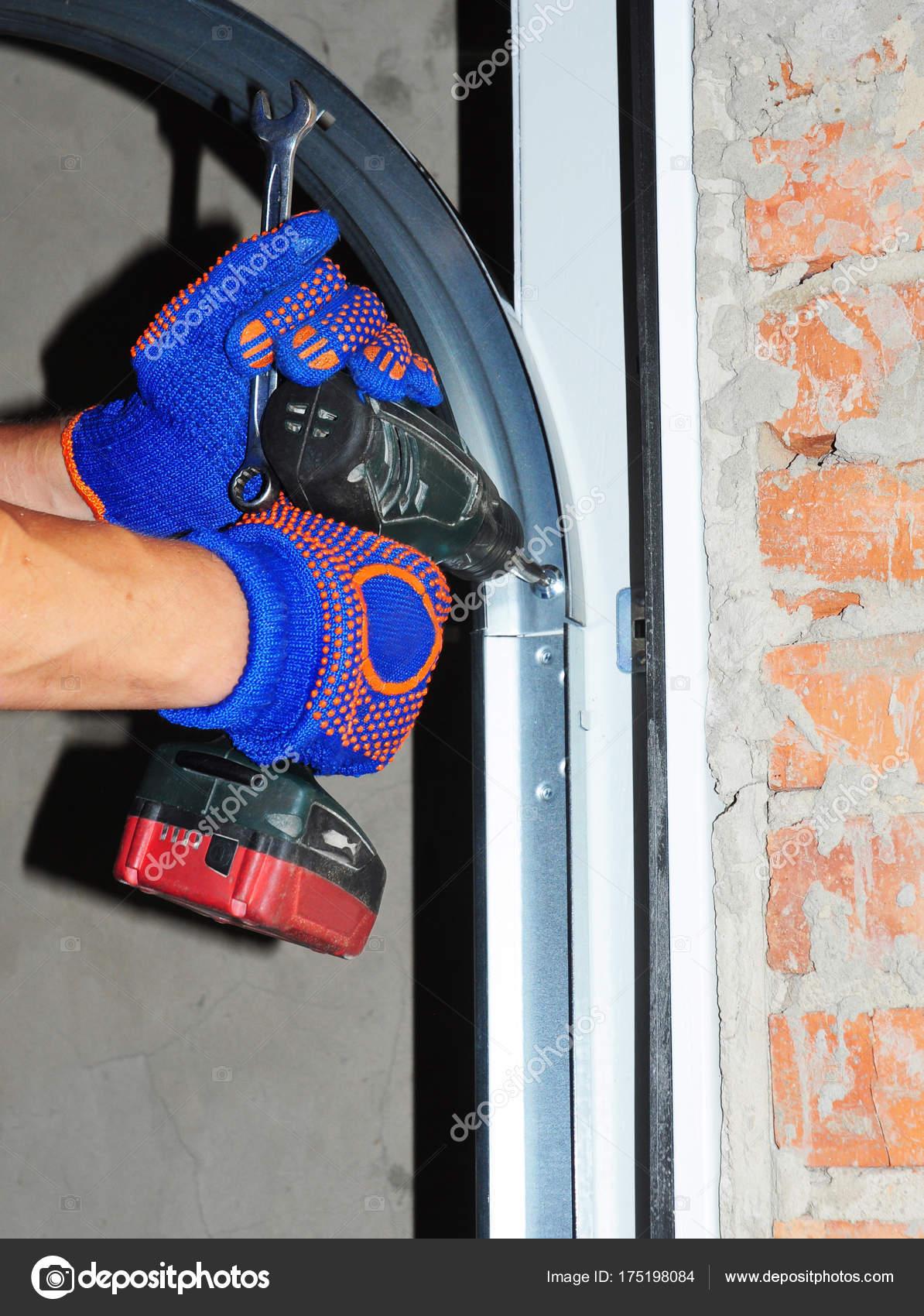 Perfect Auftragnehmer Zu Reparieren Und Installieren Garagentor. Ersetzen Sie Eine  Gebrochene Türfeder Garage U2014 Foto Von Thefutureis