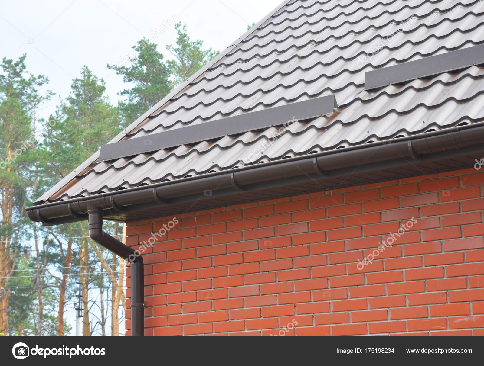 Nueva construcción de techos con sistema de canaleta de lluvia — Fotos de  Stock 7c2063a996d