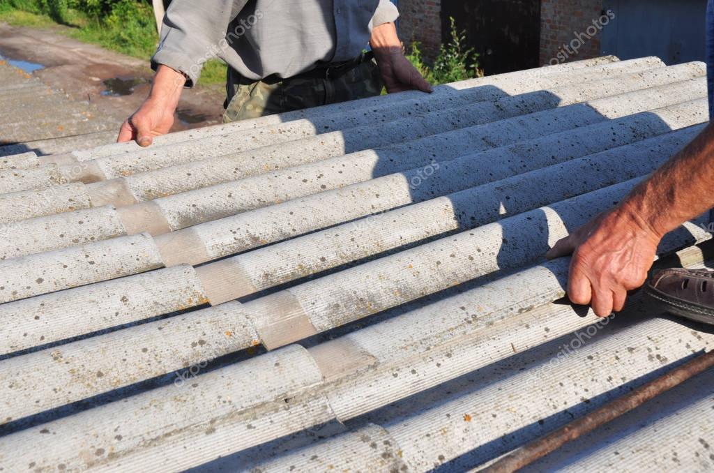 Enlèvement de l'amiante. Couvreurs remplacer endommagé dalle amiante. Toiture amiante réparation ...