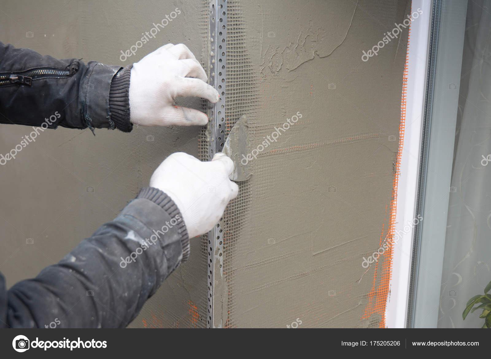 auftragnehmer verputzen wand mit spachtel, glasfaser-netz verputzen