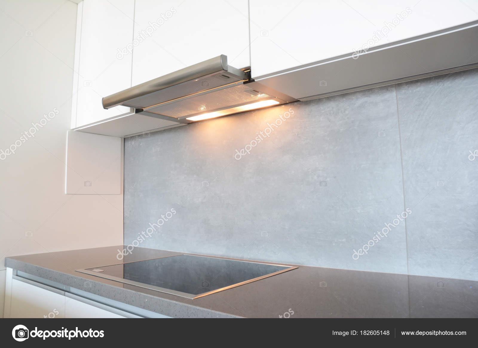Chiuda in su moderno aria aspiratore cucina ventilatore o cappa ...