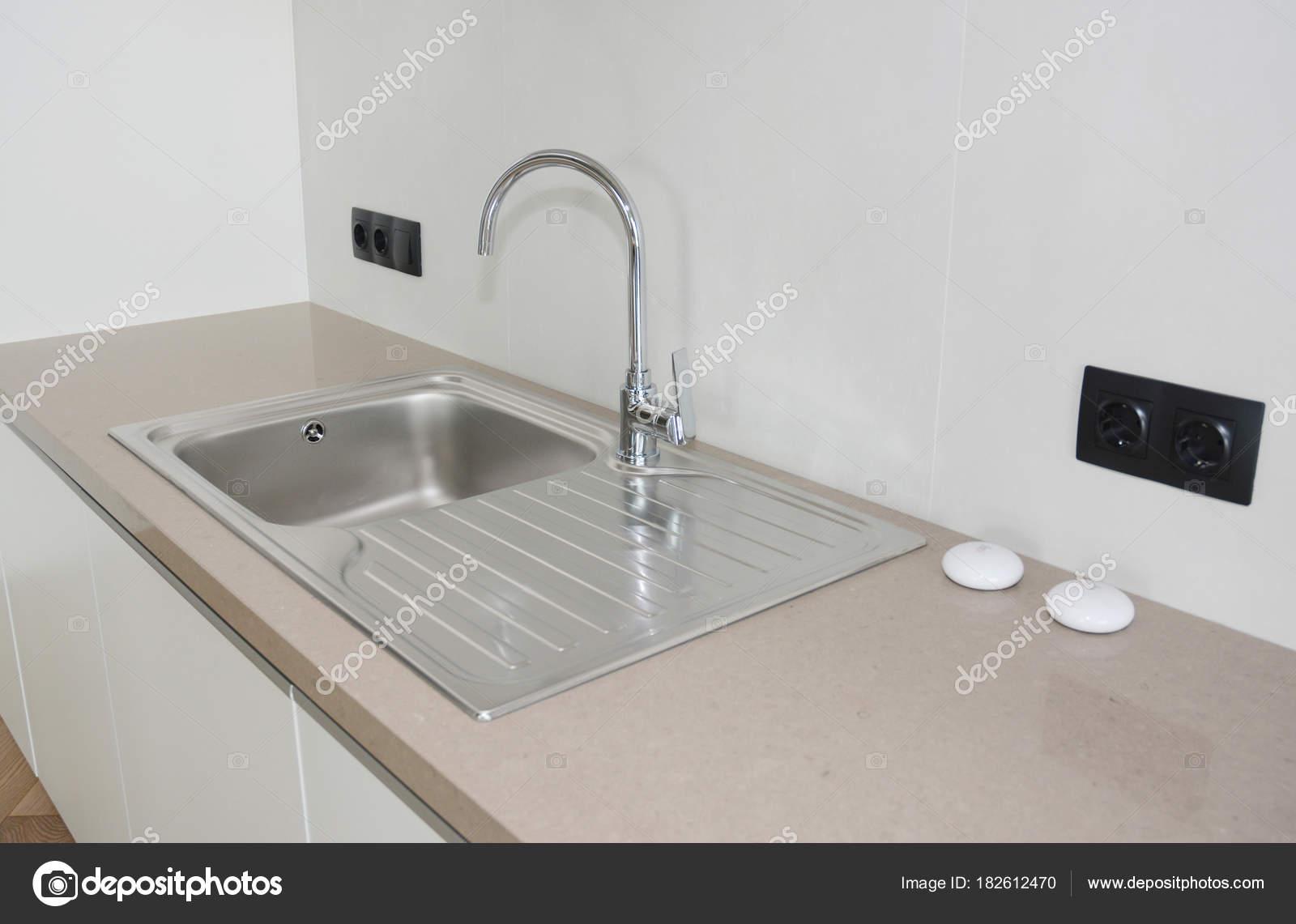 Cucina moderna in metallo rubinetto e lavello in ceramica — Foto ...