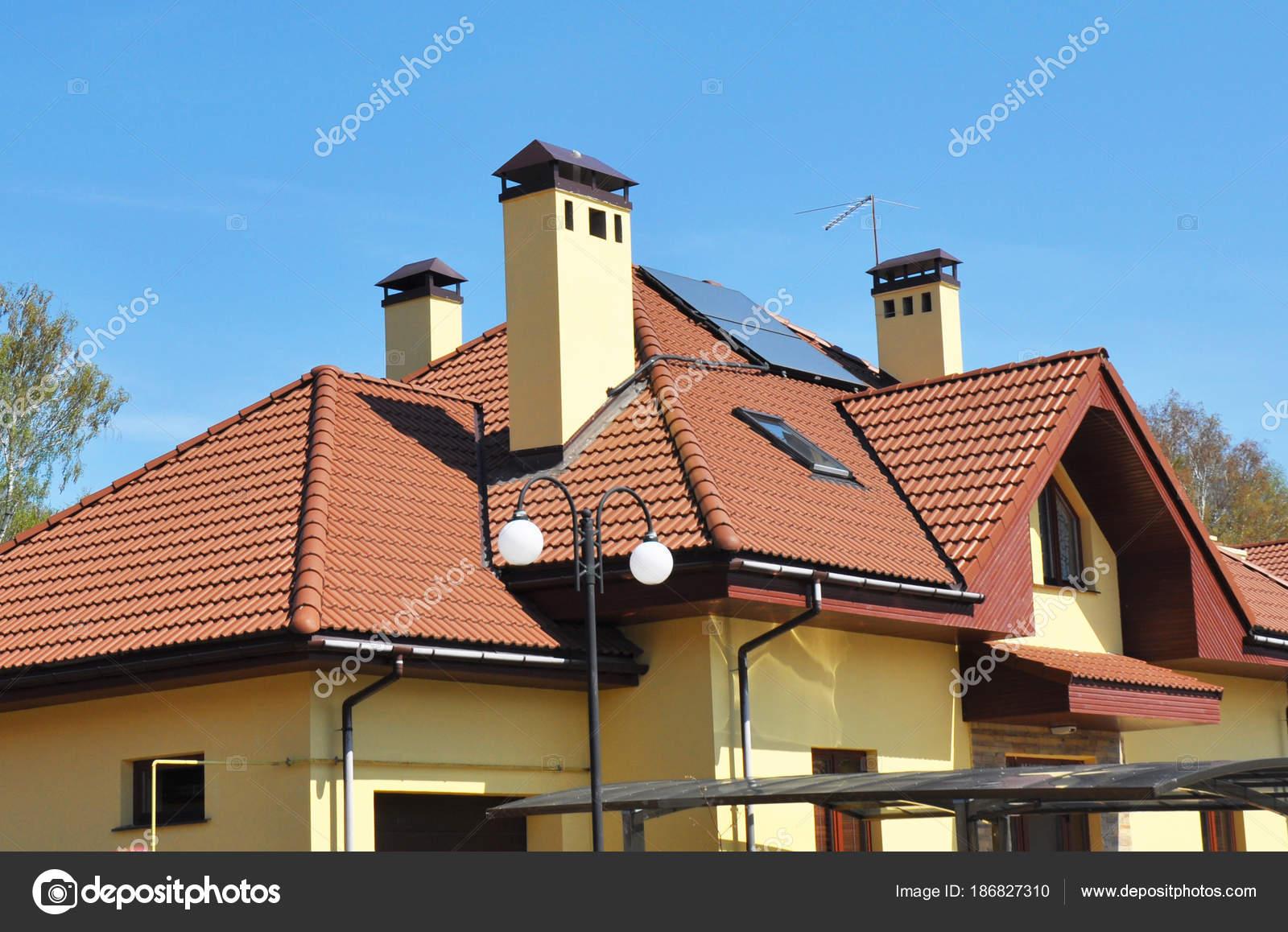 Casa moderna mansarda tetto con finestre a lucernario grondaia del tetto camini e pannelli - Finestre con pannelli solari ...