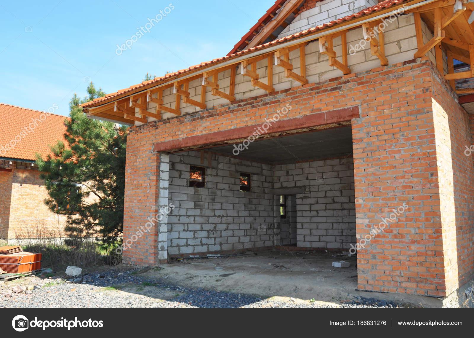 Bau Bau neue unfertige Hausgarage. Dach und Dämmung Ziegel Wand ...