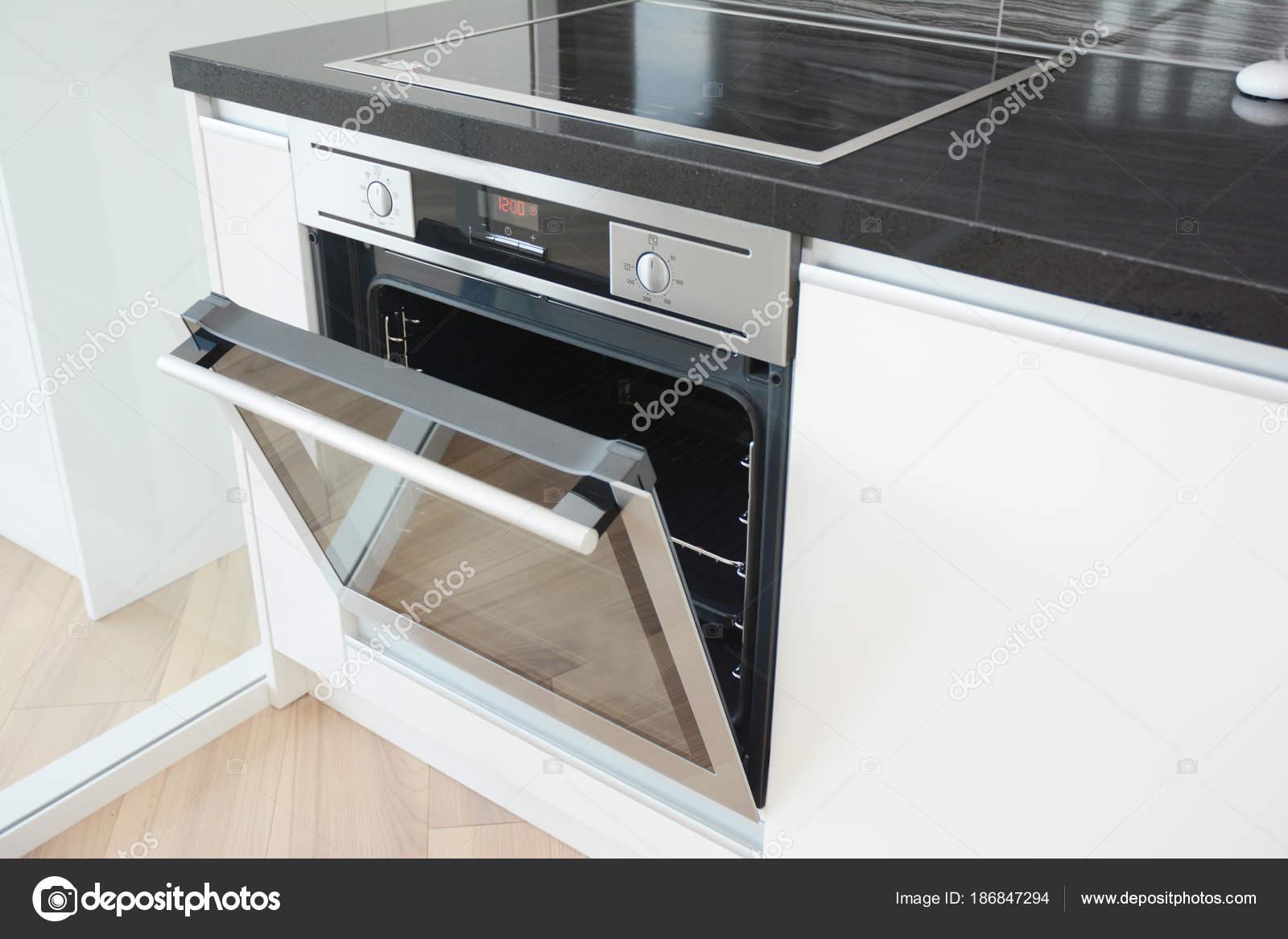 Moderna cocina con horno y estufa el ctrica foto de for Cocinas electricas con horno