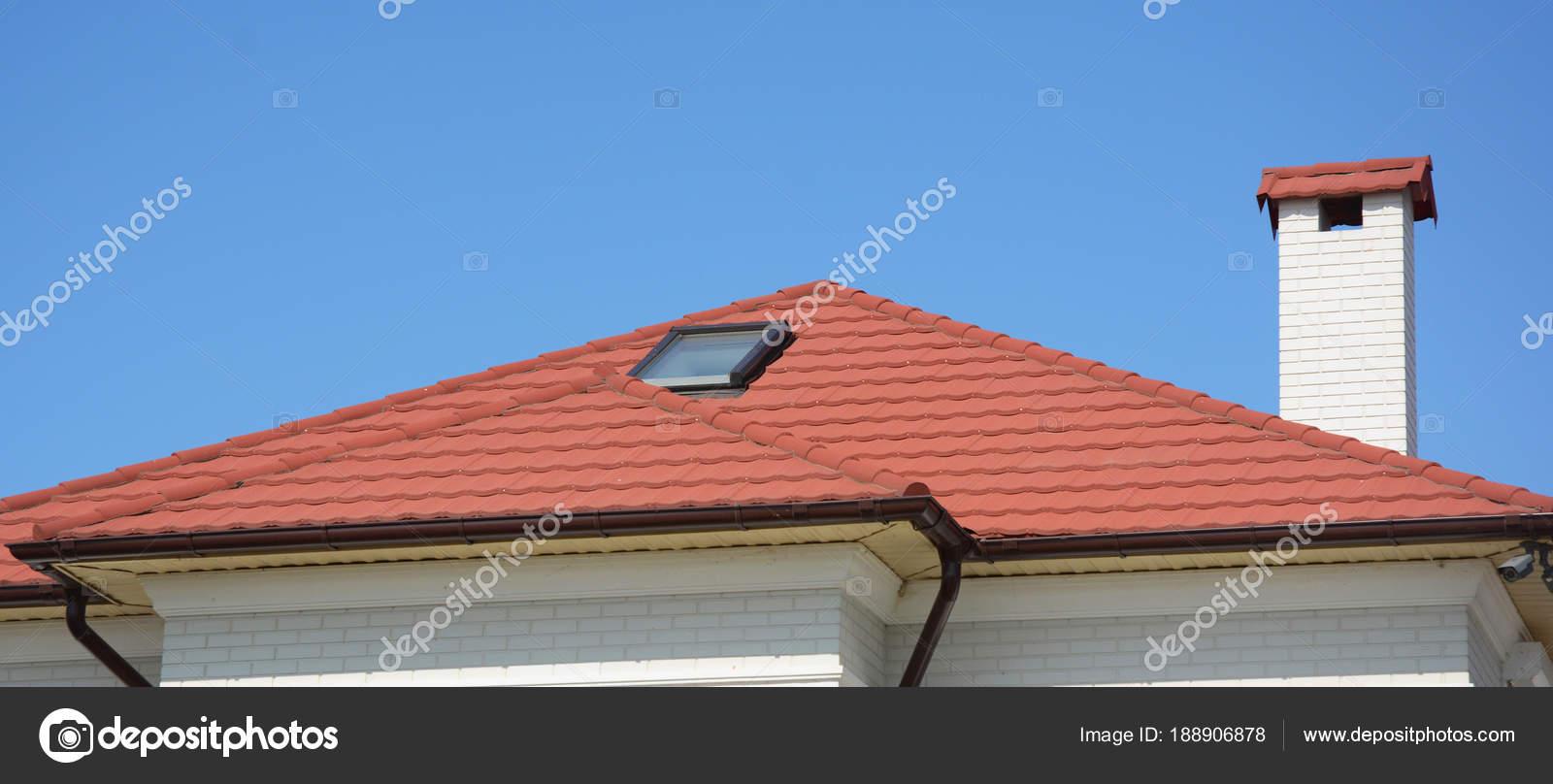 Maison avec des tuiles de toit naturel, lucarnes de la lucarne ...