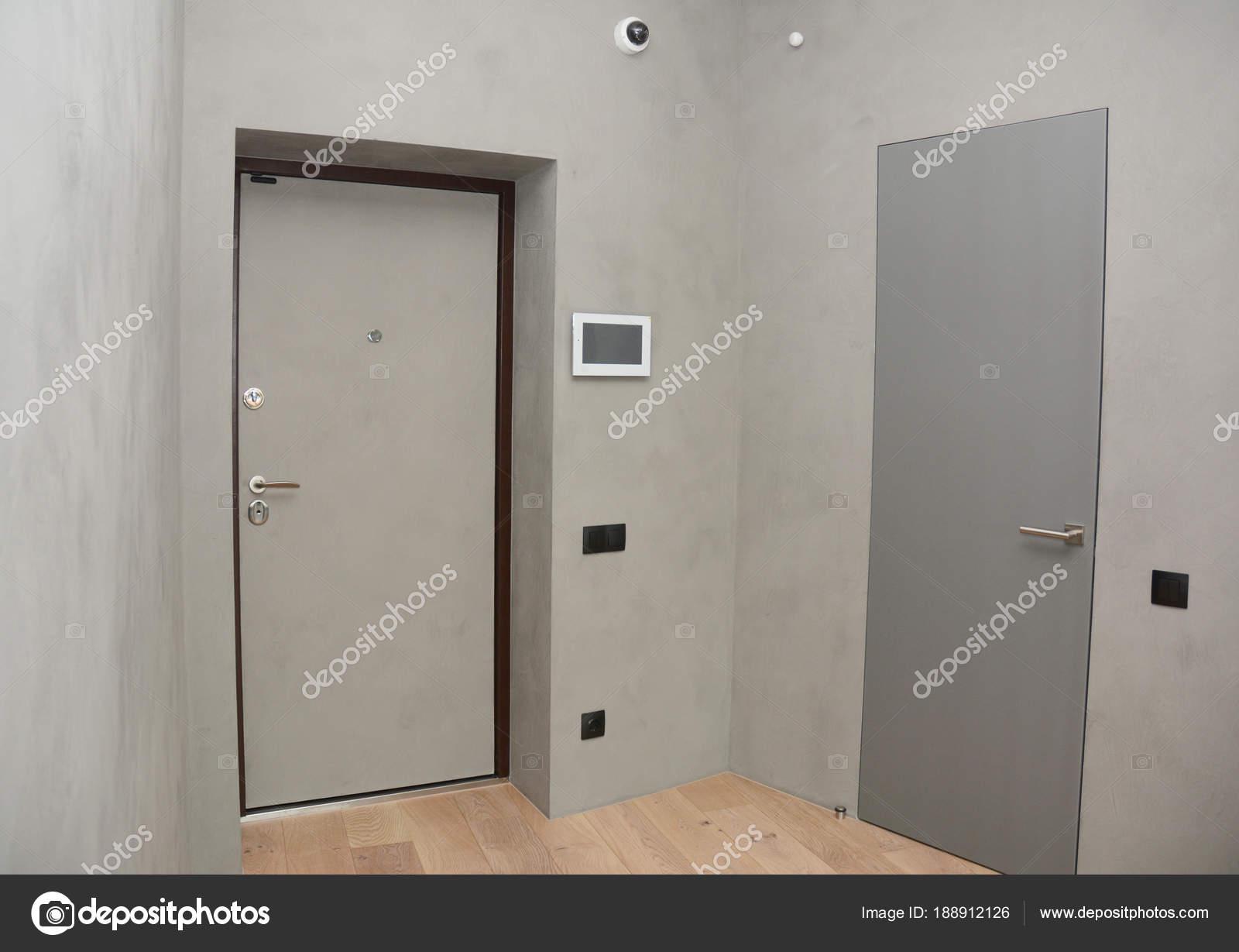 Casa moderna ingresso porta metallica interni con for Piani di casa con stanza della torre