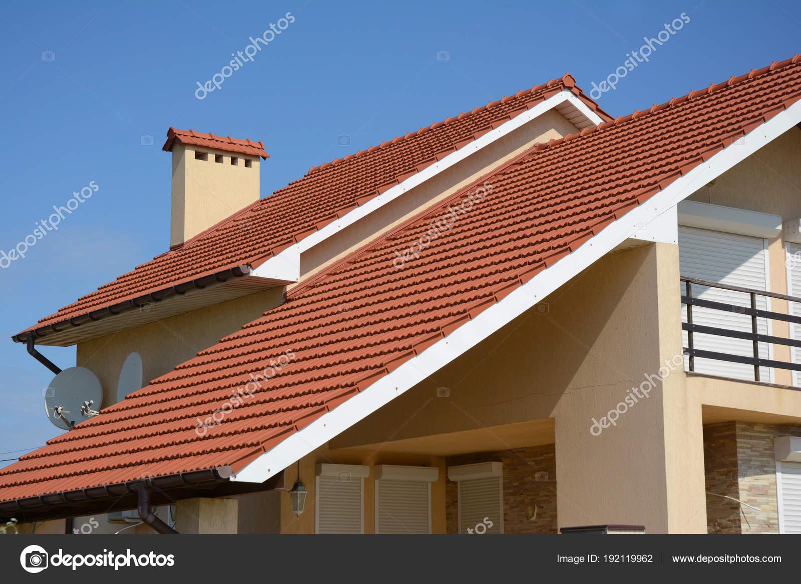 Casa con arcilla azulejo de azotea, canaleta, tipo chimenea, aguilón ...