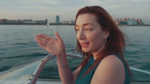in barca turchese a auto dal ragazza motore Capelli vestito rossi q7E00w