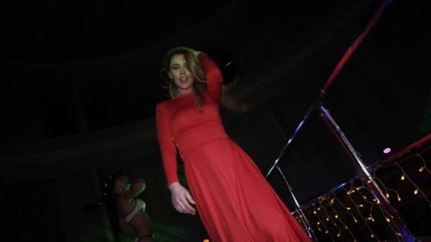 Rode Party Jurk.Meisje In De Rode Jurk Dansen Op Stand Op Party In Discotheek Schud