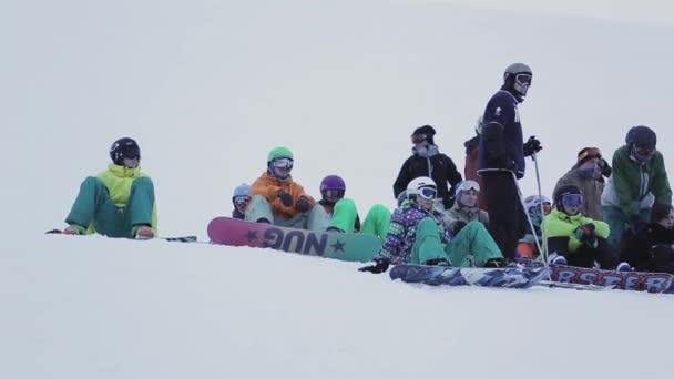 Sochi, Rusko - 29 března, 2016: Snowboardisty a lyžaře na svahu. Lyžařské středisko v zasněžených horách. Výzva. Skokanské můstky. Extrémní
