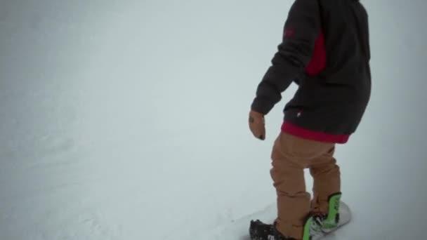 Sochi, Rusko - 31 března, 2016: Snowboardista jízdu na svahu v zasněžené horské. Skočit z trampolíny, ale nezdaří. Lyžařské středisko. Lidé