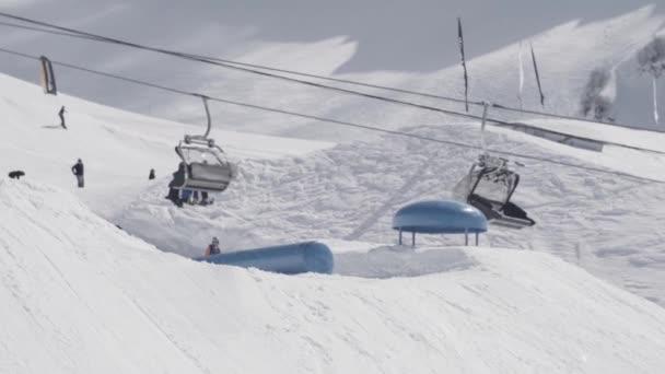 Lyžař se extrémní překlopit na svahu od odrazový můstek v horách sníh. Soutěž. Slunečný den. Lyžařské vleky