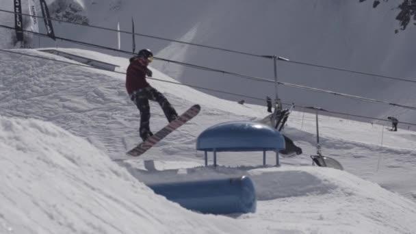 Snowboardista, aby extrémní skok na svahu od odrazový můstek v horách sníh. Slunečný den. Lidé