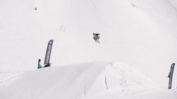 Sochi, Rusko - 1. dubna 2016: Lyžař make skok do výšky z skokanské můstky, otočil ve vzduchu. Lyžařské středisko. Lidé. Slunce