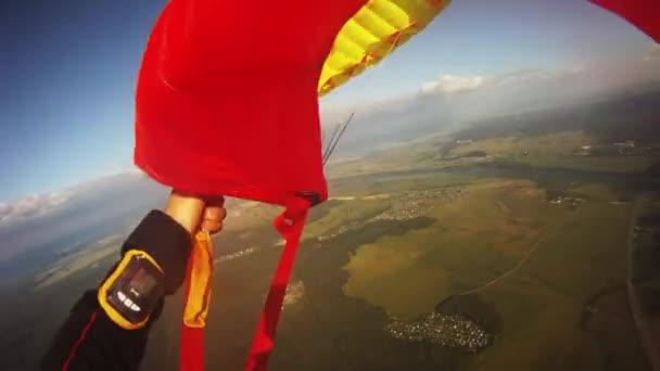 professioneller Fallschirmspringer, der über grüne Felder fliegt. Wind. Extrem. Höhe