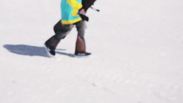 Sotschi, Russland - 1. April 2016: Snowboarder mit Helm auf der Piste. Skigebiet. sonniger Tag. Berge. Sport