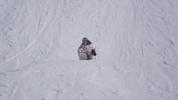 Sochi, Rusko - 2. dubna 2016: Lyžař jezdit na svahu, skok na železnici. Lyžařské středisko. Extrémní kousek. Aktivní sport