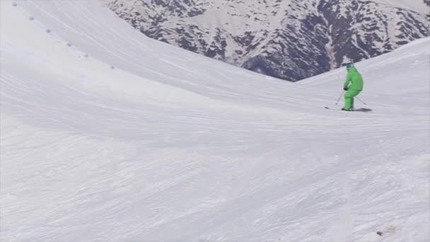 Sotschi, Russland - 2. April 2016: Skifahrer springen vom Sprungbrett. Skigebiet. Sonne. Berglandschaft. Aktiver Sport