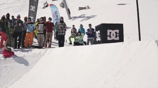 Sochi, Rusko - 1. dubna 2016: Snowboardista jízdu na můstek udělat kotrmelec za basketbalový koš. Lidé