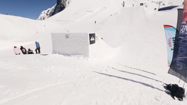 Sotschi, Russland - 1. April 2016: Snowboarder machen Hochsprung vom Sprungbrett, Salto in der Luft. Skigebiet.