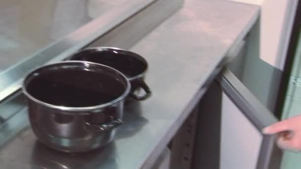 Kühlschrank Krug : Kochen sie nehmen sie gereinigt muscheln aus durchsichtigen behälter