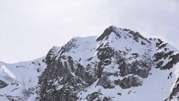 Sochi, Rusko - 1. dubna 2016: Krajina zasněžené vrcholky pohoří. Lyžařské středisko. Příroda. Nikdo. Modrá obloha