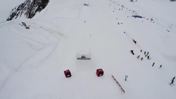 Sotschi, Russland - 4. April 2016: Quadrocopter schießen Skifahrer vom Sprungbrett, machen Salto in der Luft. Menschen