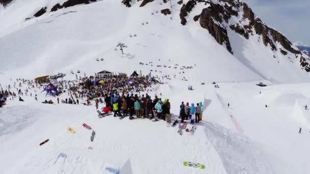 Soči, Rusko - duben 4, 2016: Quadrocopter natáčení snowboardisté pobytu na můstek na lyžařské středisko. Soutěž