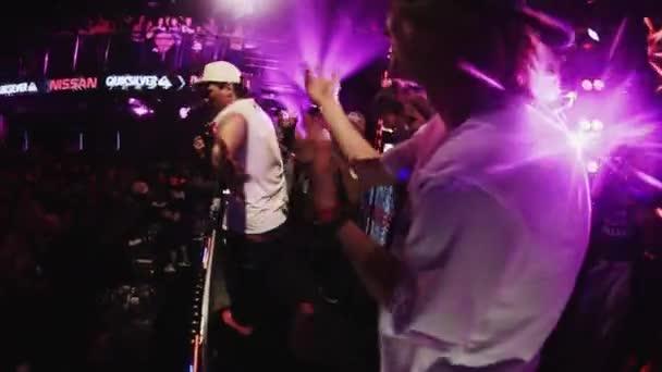 Sochi, Oroszország - 2016. április 4.: Mc ember végre a színpadon, csoport, fiúk, a színpadon, nightclub. Felvidítani. Fél